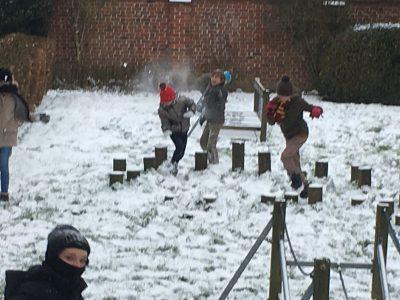 Sneeuwpret met de sneeuwmonstertjes van 6A